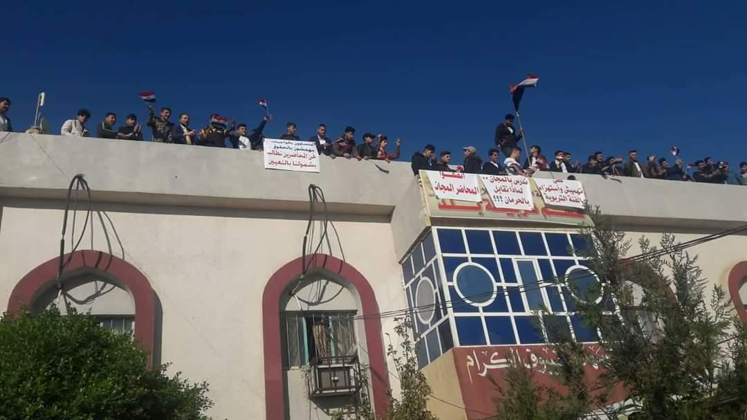 صور .. محتجون يسيطرون على مبنى حكومي ويغلقون بوابة الشركة العامة للموانئ بالعراق