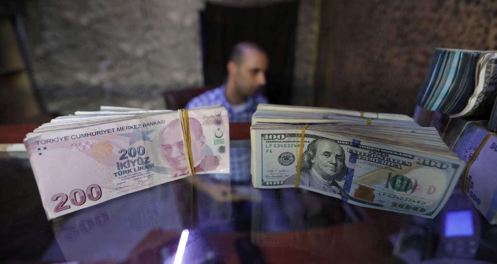 الليرة التركية تتعرض لأشد انهيار أمام الدولار
