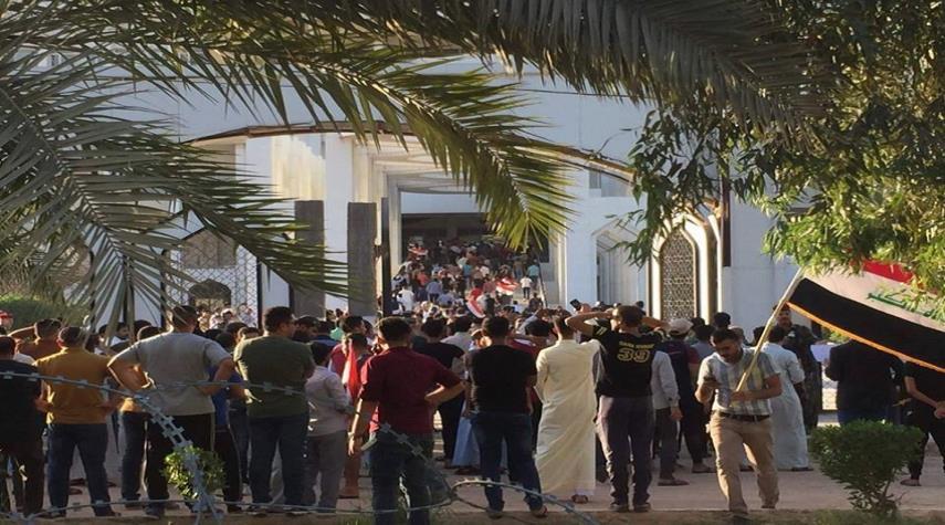 متظاهرون في النجف يقتحمون مبنى المحافظة ويضرمون النيران به