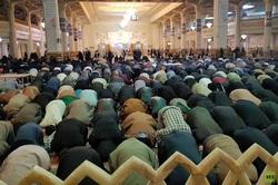 """إيرانيون يتجاهلون تحذيرات """"كورونا"""" ويقيمون صلاة جماعية في مرقد ديني"""