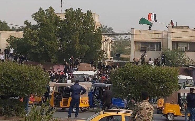 Photos... Protesters shut down official departments in Baghdad and southern Iraq