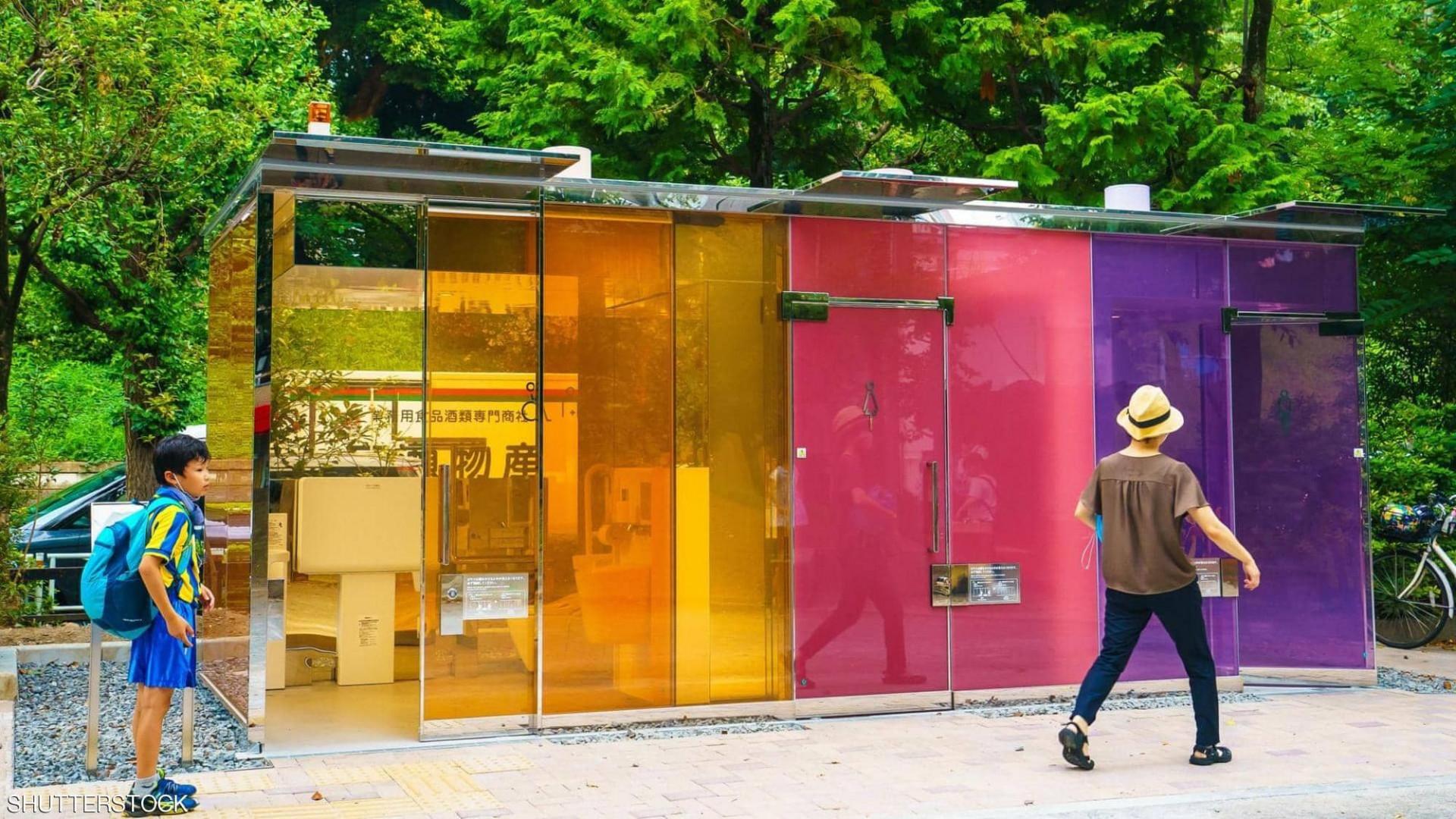 """غرائب اليابان.. حمامات شفافة بـ""""زجاج ذكي"""" في حدائق عامة"""