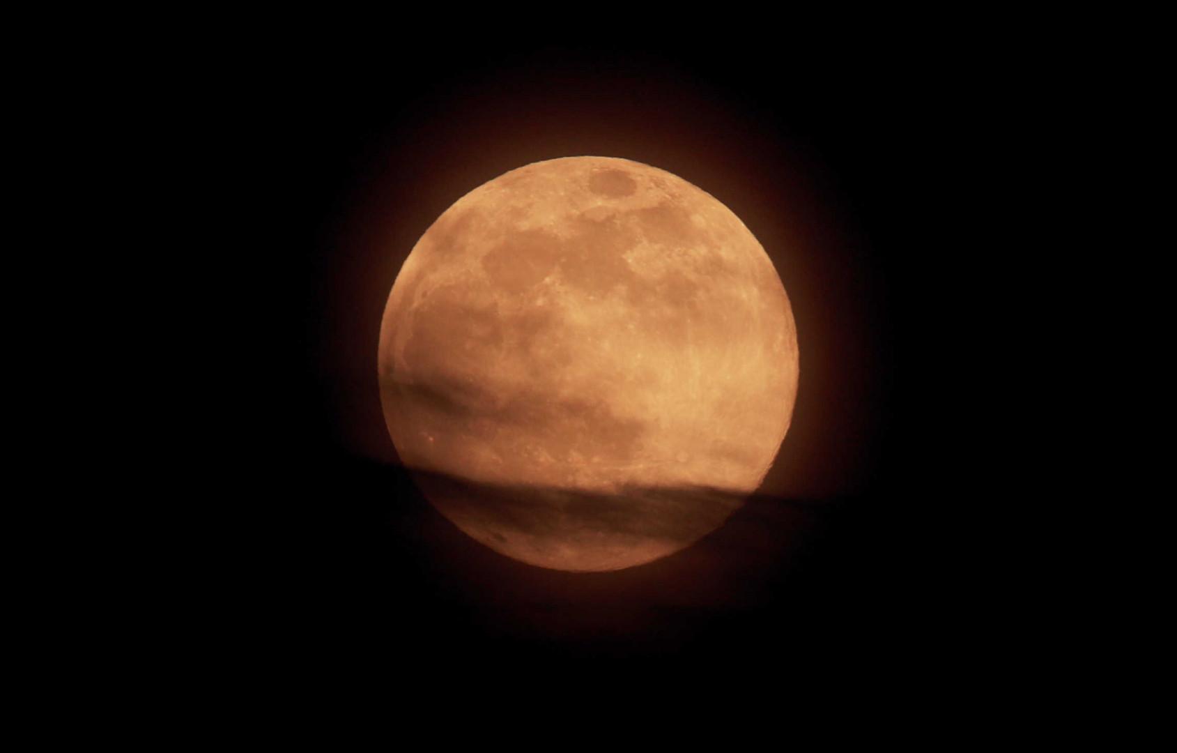 """دراسة تحدد """"أسوأ"""" الليالي لدى الرجال بسبب القمر"""