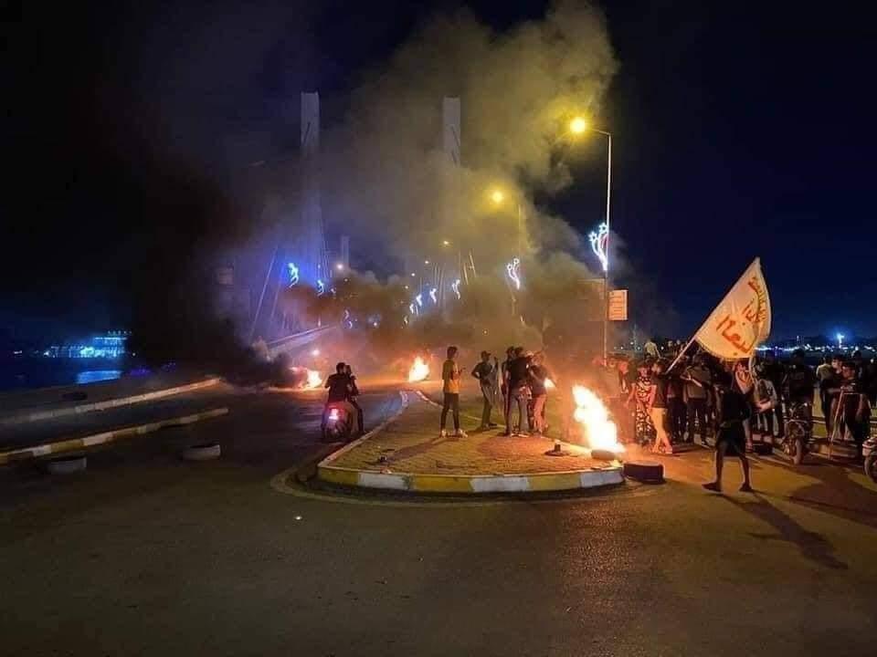 سقوط 3 متظاهرين جراء صدامات الناصرية والمحتجون يستعيدون السيطرة على جسرين