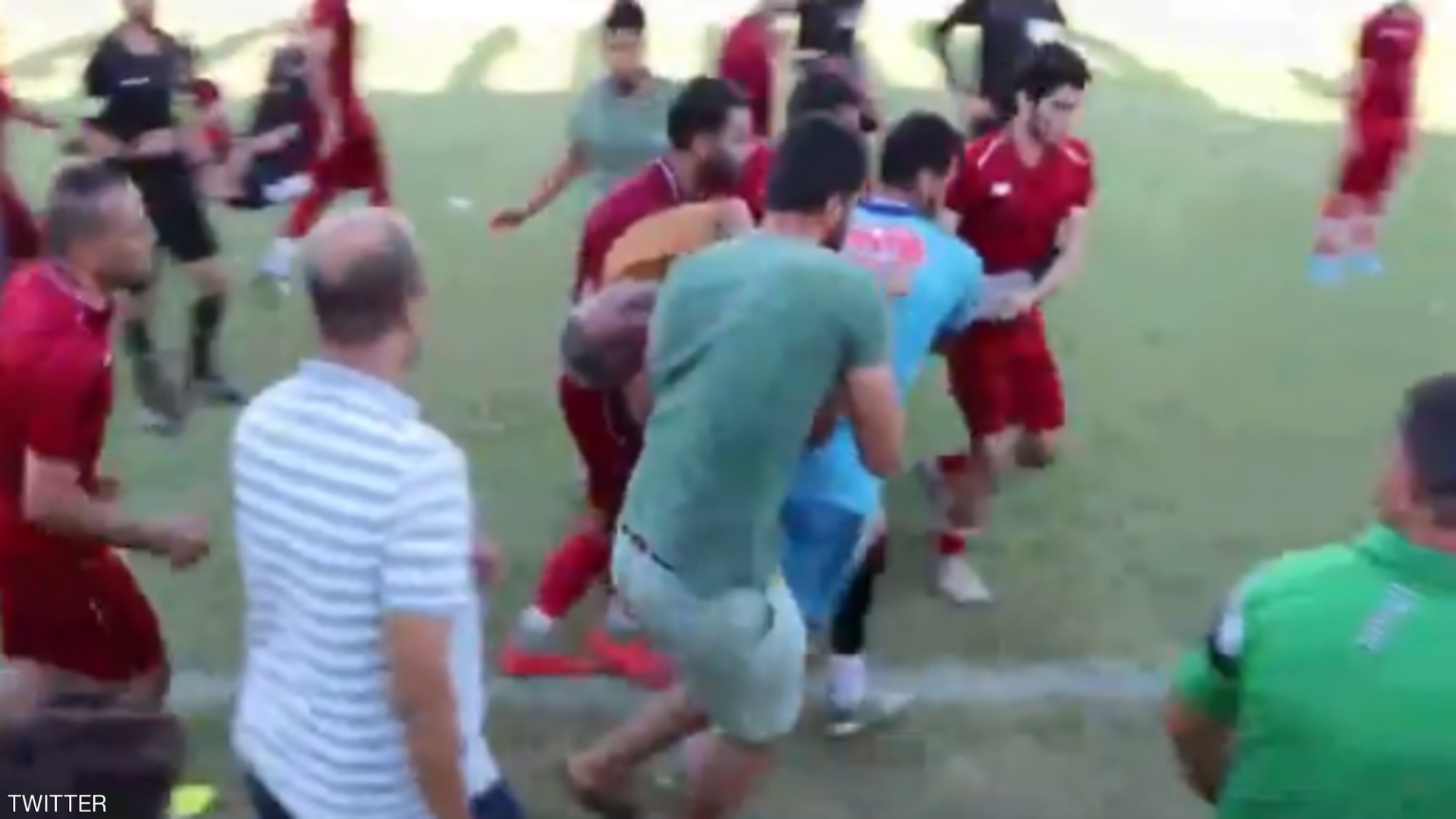 فيديو.. وفاة مدرب فريق مصري على أرض الملعب