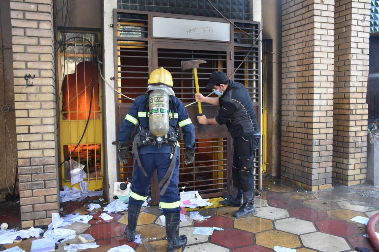 إخماد النيران في مقر الحزب الديمقراطي ببغداد.. صور