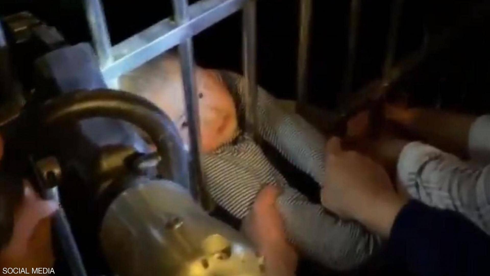 فيديو يحبس الأنفاس.. طفل يسقط من الطابق الـ13 وينجو بإعجوبة