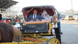 تماشياً مع عرف عائلي.. شاب موصلي يزف عروسته بعربة خيل (صور)