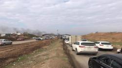 احتجاجاً على قرارات حكومية.. سائقو شاحنات يغلقون طريق موصل – أربيل (صور)