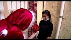 «ماما نويل» كوردية توزع الفرح على أطفال الموصل.. فيديو