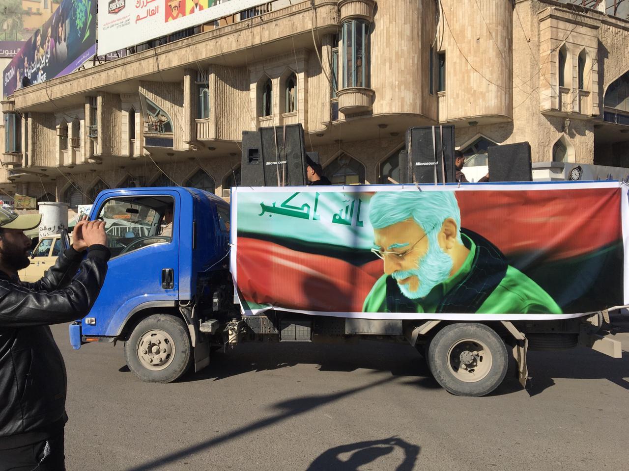 صور .. الحشد الشعبي ينظم مسيرة منددة بإغتيال سليماني والمهندس وسط بغداد