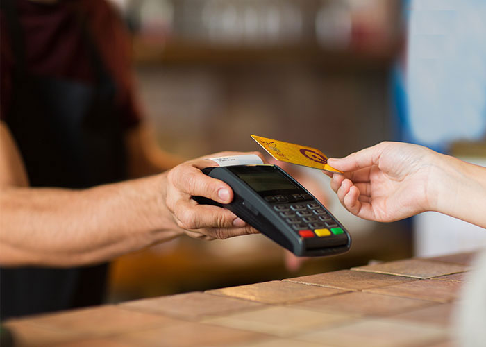 Employees complain: owners of K-Card outlets in Mosul distribute salaries in dollars at the new exchange rate 1608985735418