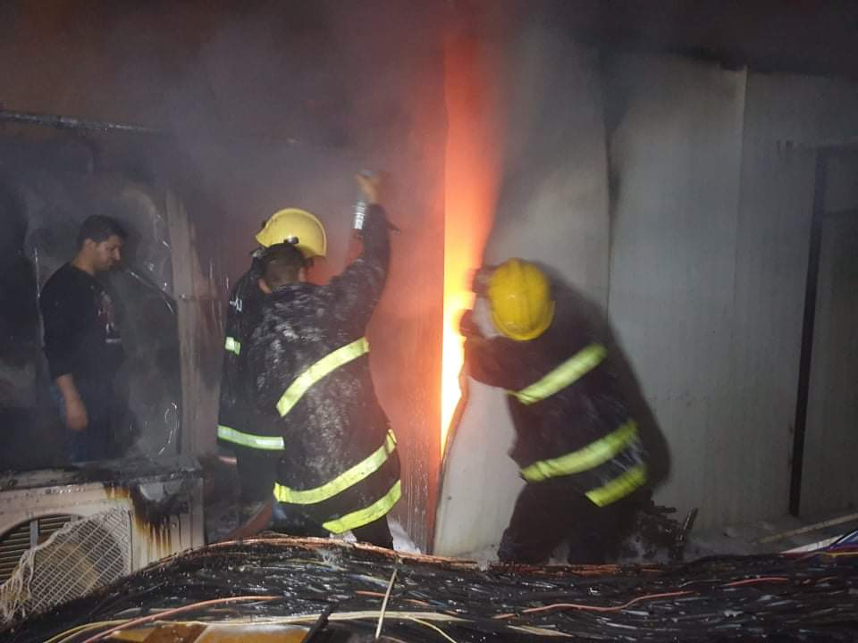 صور.. الدفاع المدني يخمد حريقاً اندلع بمخازن تجارية في سوق الحلة