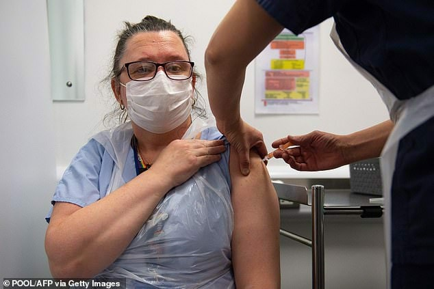بعد 3 أسابيع من تلقي اللقاح.. ممرضة بريطانية تصاب بكورونا