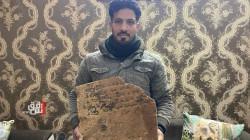 بالصدفة .. عامل بناء يعثر على لوح أثري يعود للعصر الآشوري في الموصل (صور)