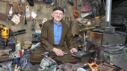 في السليمانية.. العم يونس السبعيني يقاوم الزمن بسكاكينه (صور)