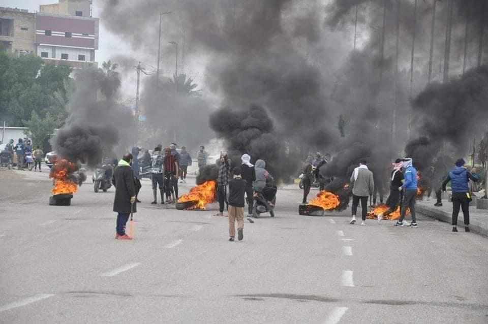 محتجون غاضبون يغلقون دوائر حكومية وطرقاً في واسط.. صور