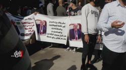 موظفون يخرجون بتظاهرة وسط بغداد مطالبين بإقالة مدير مصرف الرافدين