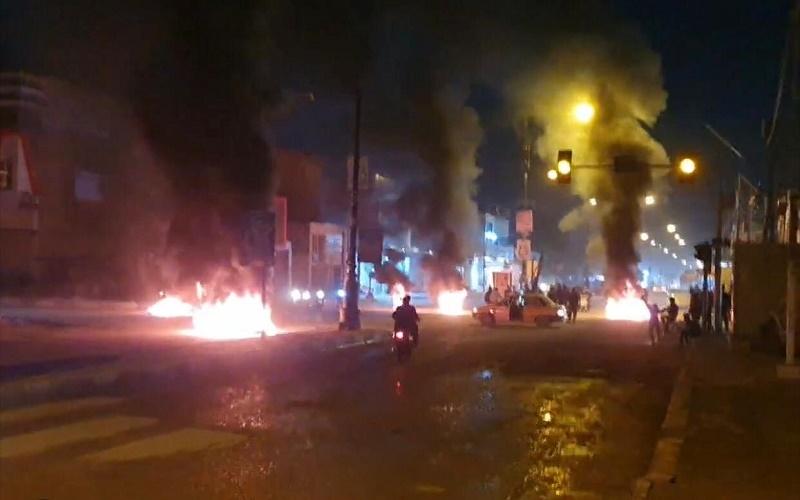 متظاهرون غاضبون يقطعون شارعا وسط الديوانية
