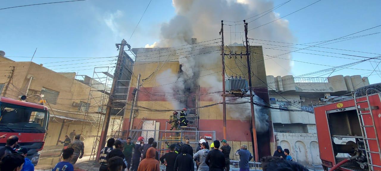 7 فرق إطفاء تتمكن من إخماد حريق بمجمع تجاري جنوب غربي بغداد