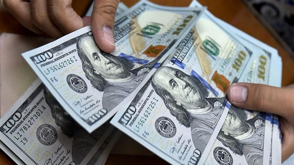 A slight rise in dollar prices in Baghdad and stability in the Kurdistan Region