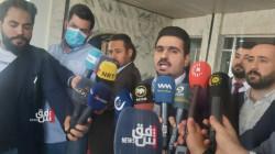 رئيس كتلة حراك الجيل الجديد يرفع الحذاء بوجه أعضاء رئاسة برلمان كوردستان
