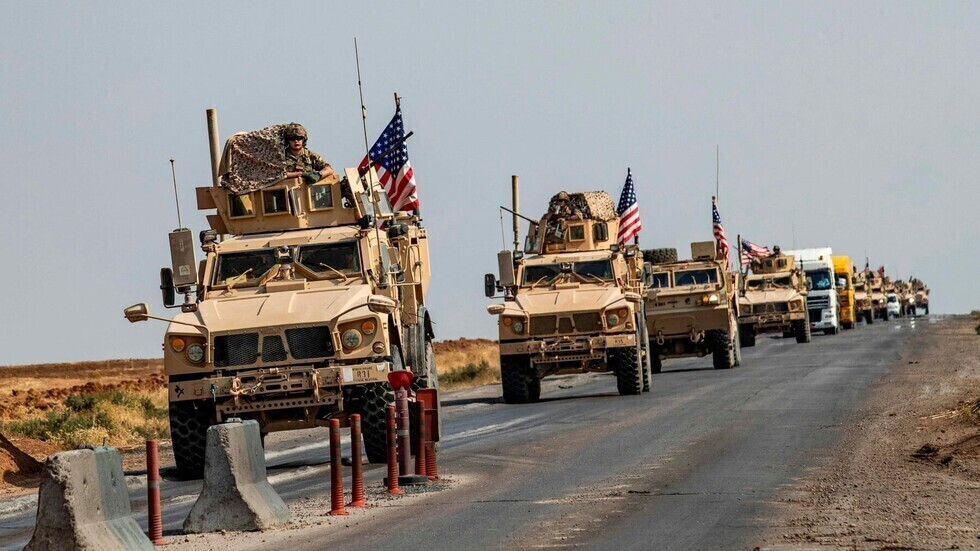 وكالة: القوات الأمريكية تخرج 12 شاحنة قمح من سوريا إلى العراق
