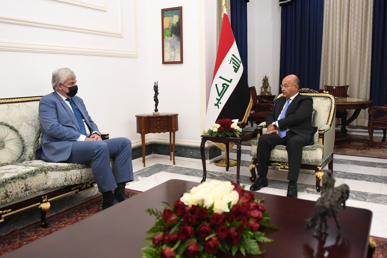 The Iraqi President meets the Russian ambassador to Baghdad