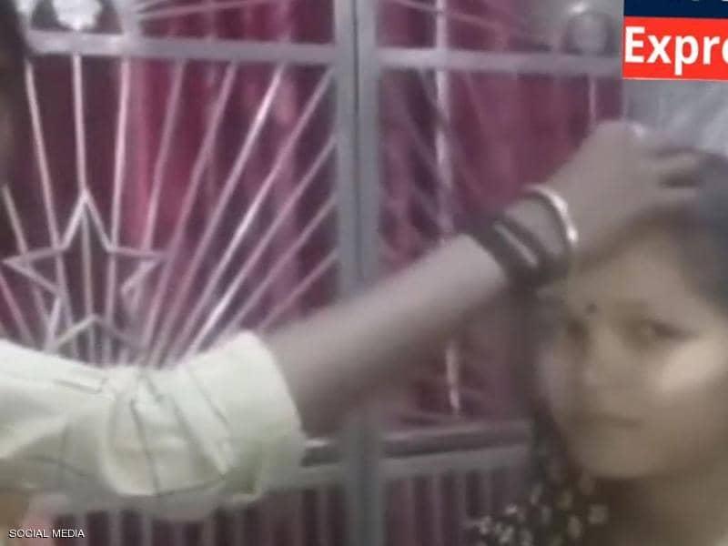 أغرب من الخيال .. هندي ساعد زوجته على الزواج بمن تحب