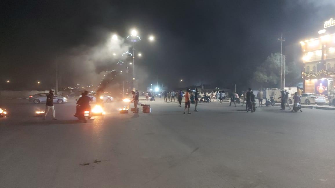 صور.. النيران تتصاعد من أهم شوارع الناصرية
