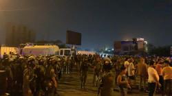 مئات المتظاهرين وجهاً لوجه مع مكافحة الشغب ببغداد.. وهذه مطالبهم (صور)