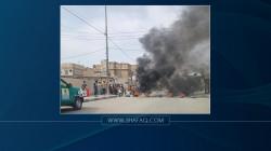 مواطنون يقطعون شارعا رئيسيا وسط الناصرية