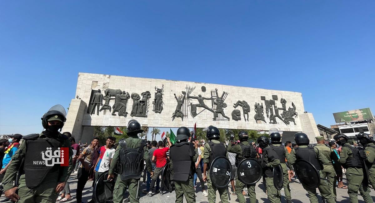 صور.. المتظاهرون يحتشدون في ساحة التحرير والقوات الأمنية تقطع جسر الجمهورية وسط بغداد