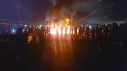 ذي قار.. محتجون غاضبون يقطعون جسراً ويطالبون بإقالة مسؤول