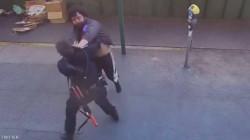 وە ڤیدیۆ.. خانمە پۆلیسیگ ئەمریکی لە پەلامار رخبەریگ قورتار بوود