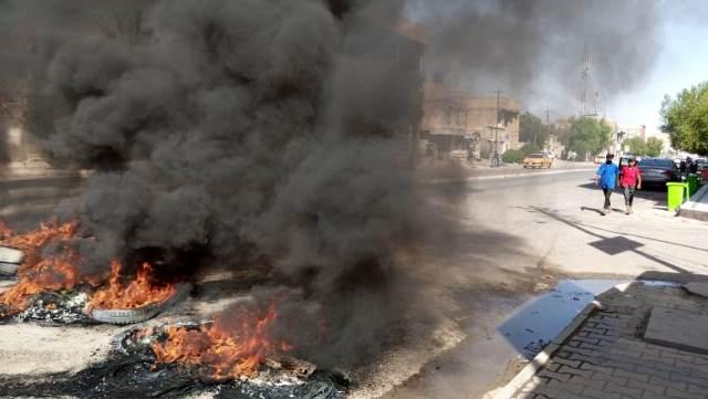 محتجون يغلقون دائرة البلدية في اور جنوبي العراق