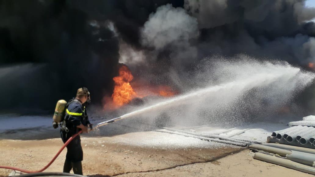 اخماد حريق كبير اندلع داخل شركة صناعات في ديالى.. صور