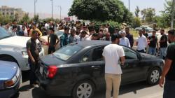 متظاهرون يقطعون طريقا رئيسيا في السليمانية إحتجاجاً على إرتفاع أسعار البنزين