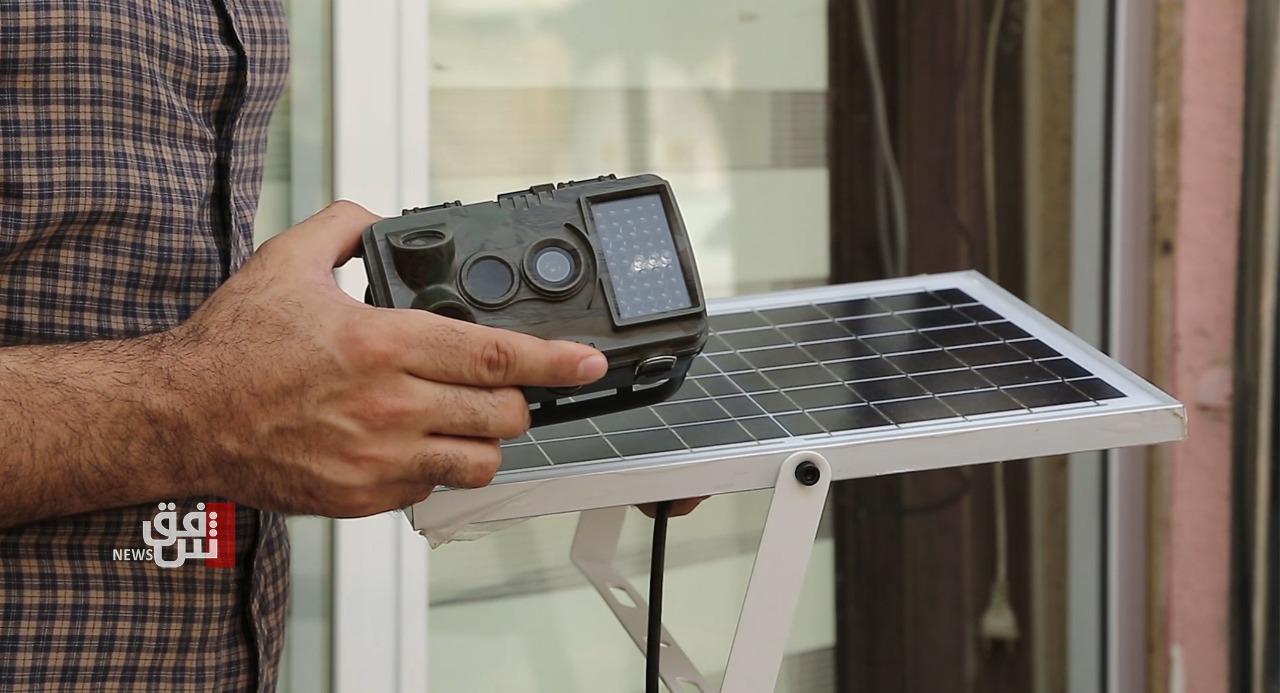 فيديو.. موسيقي عراقي يخترع كاميرا مراقبة بعيدة المدى تعمل بلا كهرباء ولا إنترنت