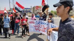 كركوك.. خريجو الهندسة يتظاهرون أمام بوابة المحافظة للمطالبة بتعيينهم