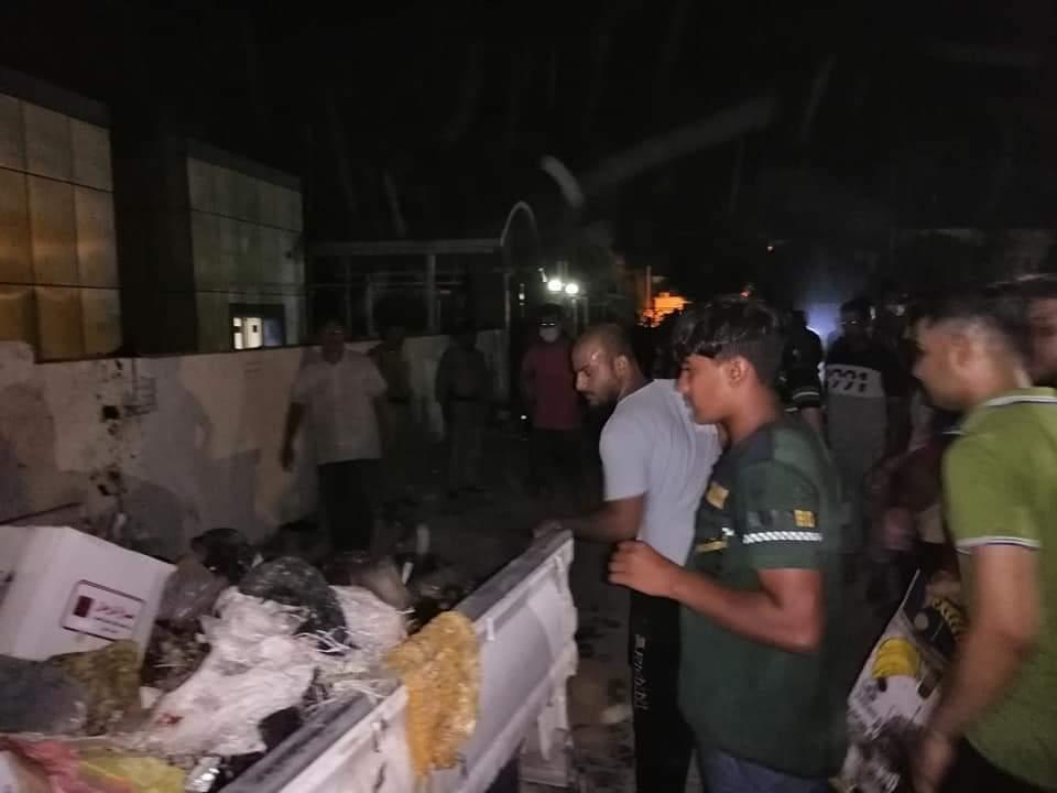 احتجاجاً على سوء الخدمات.. أهالي قضاء بالنجف يرمون النفايات وسط البلدية (صور)