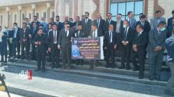 """بعد يوم من اغتيال زميلهم.. محامو البصرة يطالبون بـ""""حصر السلاح"""" خلال وقفة تضامنية"""