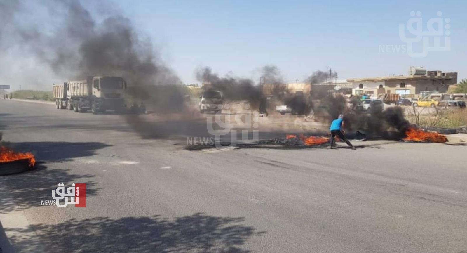 محتجون غاضبون على انقطاع الكهرباء يقطعون طرقاً حيوية جنوبي العراق