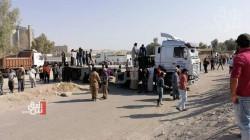 صور .. عمال في نينوى يقطعون طريقا حيوياً احتجاجا على قرار حكومي