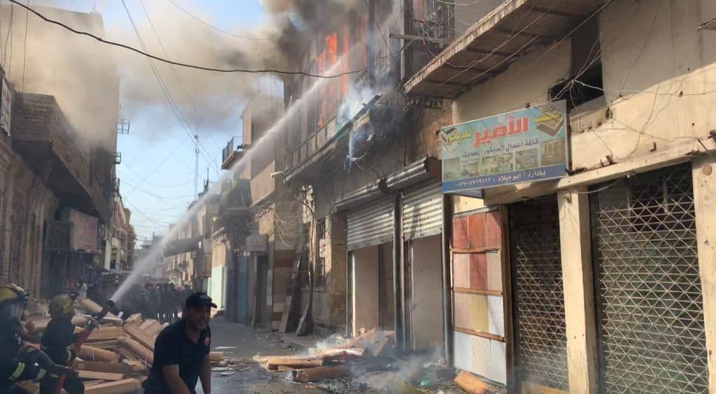 صور.. الدفاع المدني يخمد حريقاً أندلع ببناية تراثية في بغداد