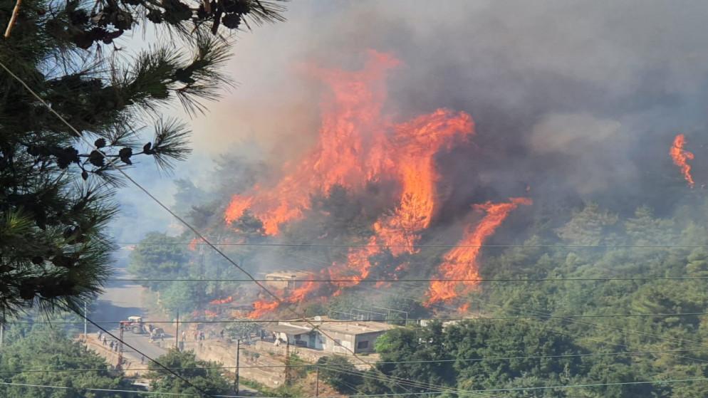 مروحيات عسكرية تشارك في إخماد حريق على الحدود السورية اللبنانية