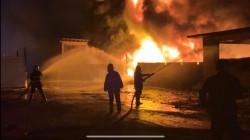 """صور.. اخماد نيران اندلعت """"فجراً"""" داخل مصنع حكومي للزيوت في بغداد"""