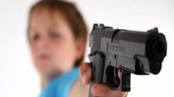في ذي قار.. العبث بالسلاح يودي بحياة طفلة ومجهولون يهاجمون منزل نائب