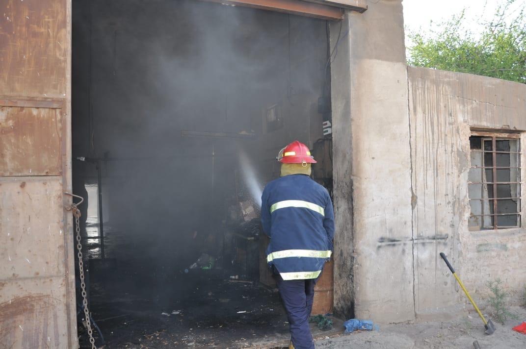 بالصور.. إخماد حريق في معمل يضم مواد كيمياوية ببغداد