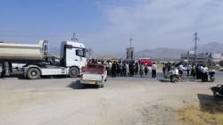 صور .. فلاحون يغلقون طريقا رئيسيا في السليمانية احتجاجا على الطماطم الإيرانية